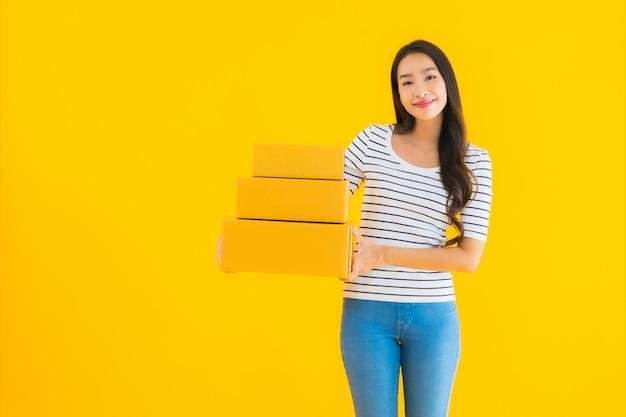 Portrait Belle Jeune Femme Asiatique Avec Boîte De Colis Prêt Pour L'expédition Photo gratuit