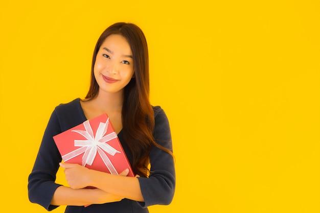 Portrait Belle Jeune Femme Asiatique Avec Coffret Photo gratuit