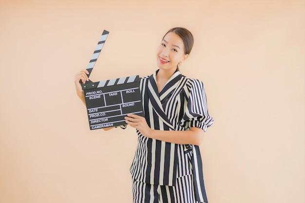Portrait Belle Jeune Femme Asiatique Avec Film Battant Photo gratuit