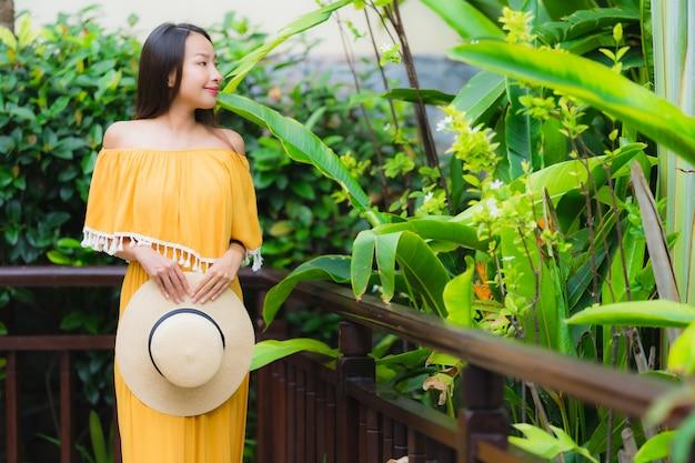 Portrait belle jeune femme asiatique heureuse sourire lesire dans le parc du jardin Photo gratuit