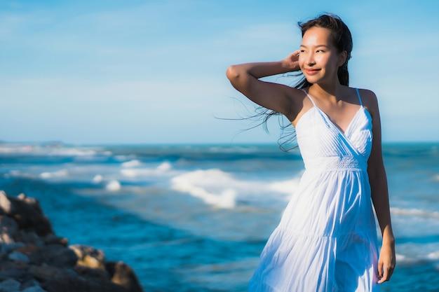 Portrait belle jeune femme asiatique heureux sourire se détendre autour de la plage et la mer Photo gratuit