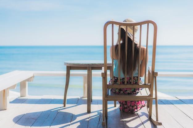 Portrait belle jeune femme asiatique heureux sourire se détendre autour de la plage, l'océan et la mer Photo gratuit