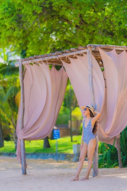 Portrait belle jeune femme asiatique heureux sourire se détendre sur la mer de plage tropicale pour les voyages d'agrément Photo gratuit