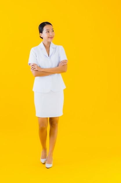 Portrait Belle Jeune Femme Asiatique Infirmière Thaïlandaise Sourire Heureux Prêt à Travailler Pour Le Patient Photo gratuit