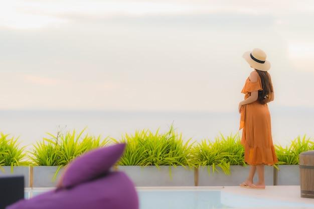 Portrait belle jeune femme asiatique lifestyle sourire heureux avec loisirs près de la mer plage océan Photo gratuit