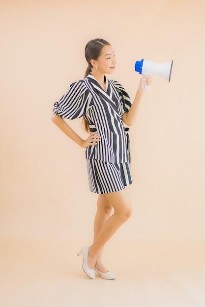 Portrait Belle Jeune Femme Asiatique Avec Mégaphone Photo gratuit