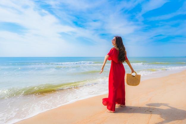 Portrait Belle Jeune Femme Asiatique Sur La Plage Et La Mer Photo gratuit
