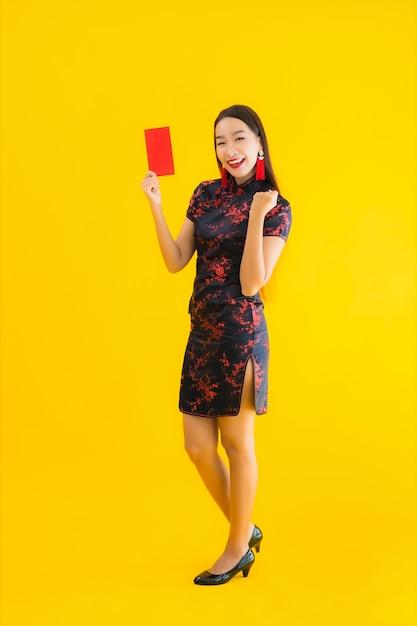 Portrait Belle Jeune Femme Asiatique Porter Une Robe Chinoise Avec Ang Pao Ou Lettre Rouge Avec De L Argent Photo Gratuite