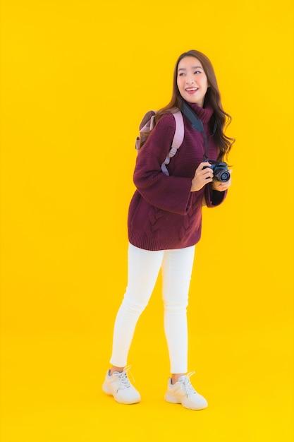 Portrait Belle Jeune Femme Asiatique Avec Sac à Dos Et Appareil Photo Pour Voyager En Vacances Photo gratuit