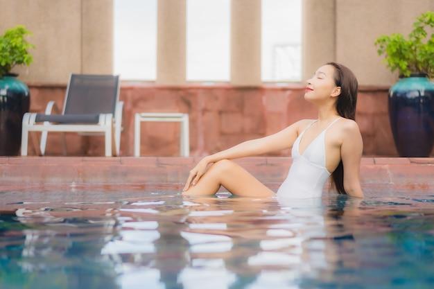 Portrait De La Belle Jeune Femme Asiatique Se Détend Dans La Piscine Photo gratuit