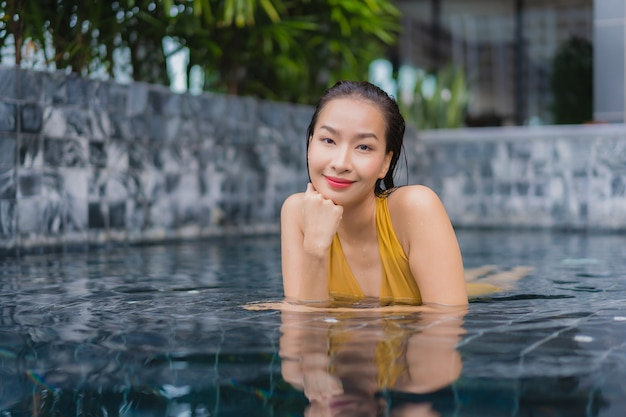Portrait Belle Jeune Femme Asiatique Se Détendre Les Loisirs Autour De La Piscine Photo gratuit