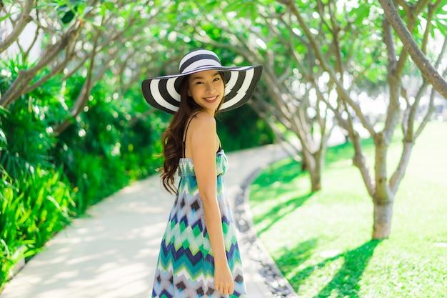 Portrait belle jeune femme asiatique sourire et heureux autour d'un jardin en plein air Photo gratuit