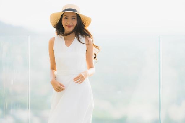 Portrait belle jeune femme asiatique sourire heureux et n'hésitez pas Photo gratuit
