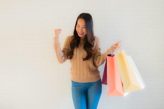 Portrait Belle Jeune Femme Asiatique Sourire Heureux Avec Sac à Provisions Photo gratuit