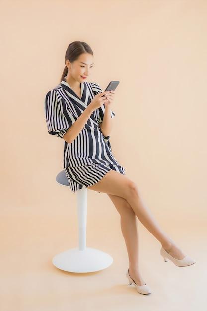 Portrait Belle Jeune Femme Asiatique Avec Téléphone Mobile Intelligent Photo gratuit