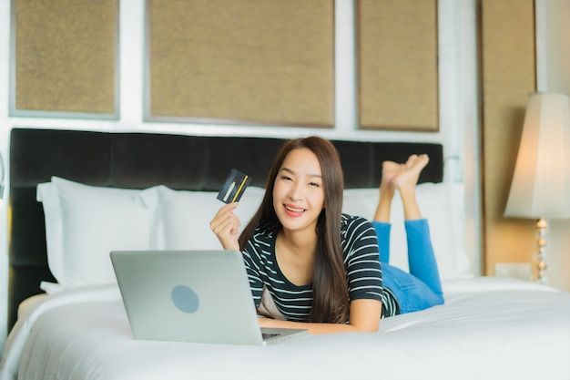 Portrait Belle Jeune Femme Asiatique Utilise Un Téléphone Mobile Intelligent Avec Ordinateur Portable Et Carte De Crédit Pour Les Achats En Ligne Photo gratuit