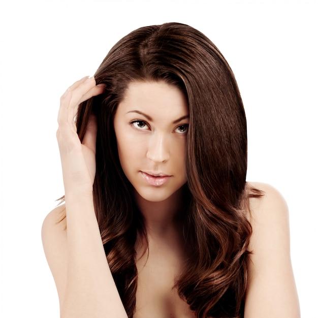 Portrait de la belle jeune femme aux longs cheveux bruns et raides Photo Premium