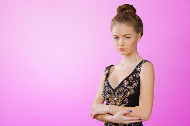 Portrait De La Belle Jeune Femme Blonde En Robe Noire Photo Premium