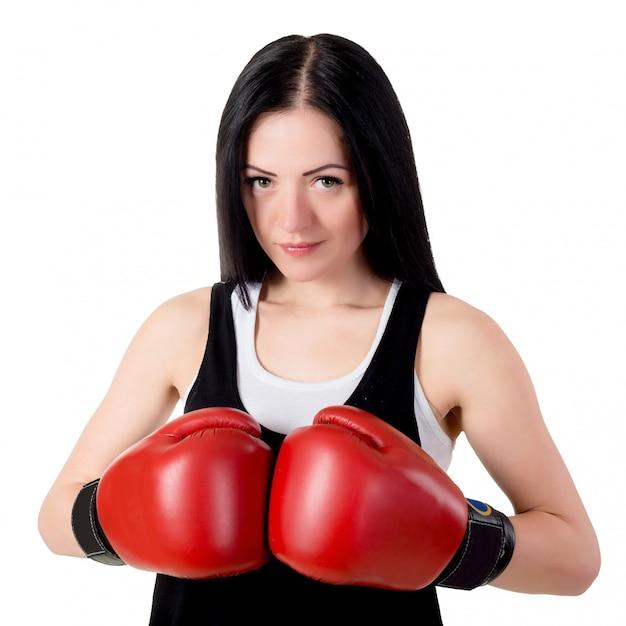 Portrait d'une belle jeune femme brune avec des gants de boxe rouges. Photo Premium