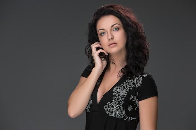 Portrait De La Belle Jeune Femme Brune, Parlant Sur Téléphone Mobile Photo gratuit