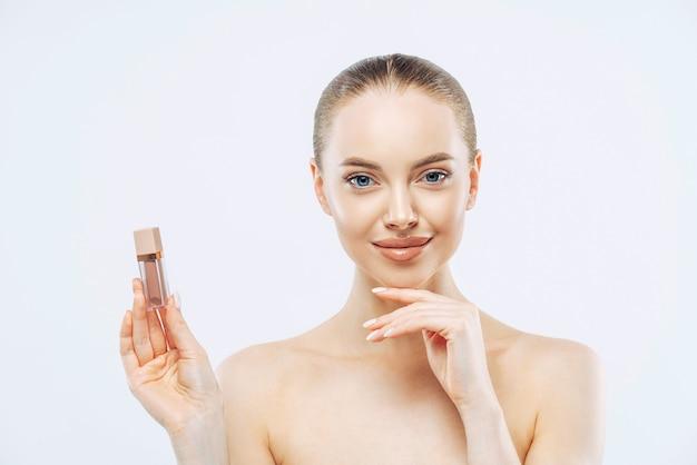 Portrait De Belle Jeune Femme Brune Utilise Du Rouge à Lèvres Photo Premium