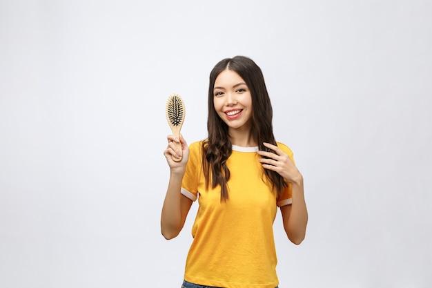 Portrait D'une Belle Jeune Femme Peigne Cheveux Merveilleux Photo Premium
