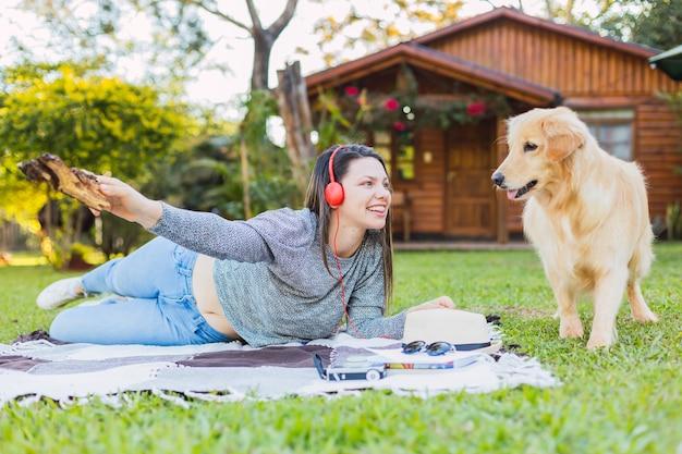 Portrait D'une Belle Jeune Femme Avec Son Animal De Compagnie Photo Premium