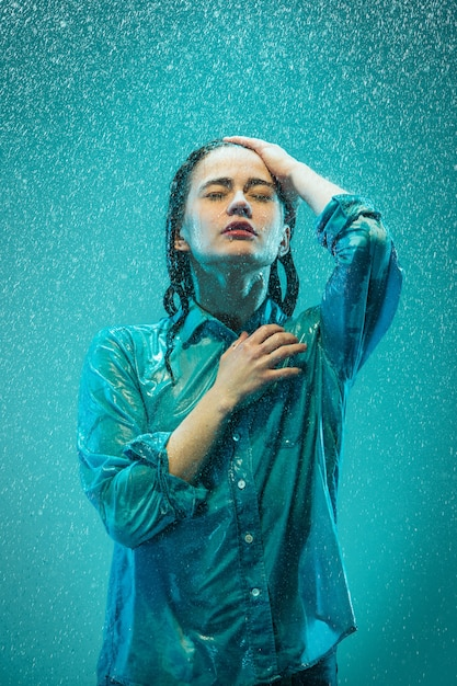 Le Portrait De La Belle Jeune Femme Sous La Pluie Photo gratuit