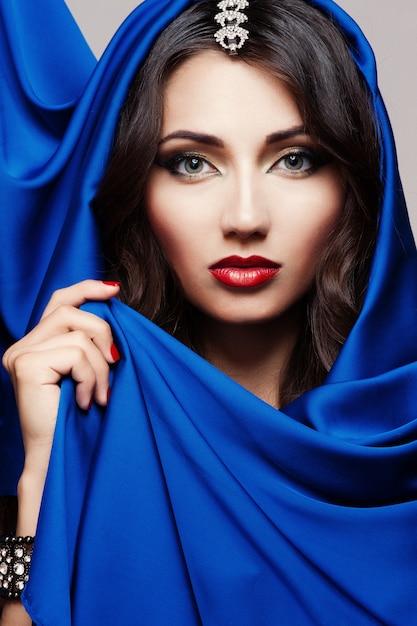 Portrait d'une belle jeune femme en tissu bleu Photo Premium