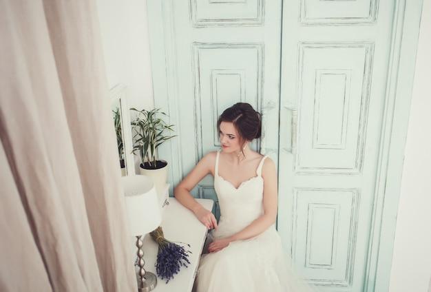 Portrait d'une belle mariée en robe de mariée Photo Premium