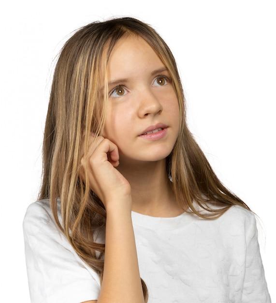 Portrait d'une belle petite fille émotive. isolé sur fond blanc Photo Premium