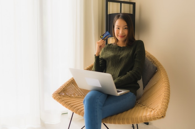 Portrait De Belles Jeunes Femmes Asiatiques à L'aide D'un Ordinateur Portable Avec Carte De Crédit Pour Faire Des Achats En Ligne Photo gratuit