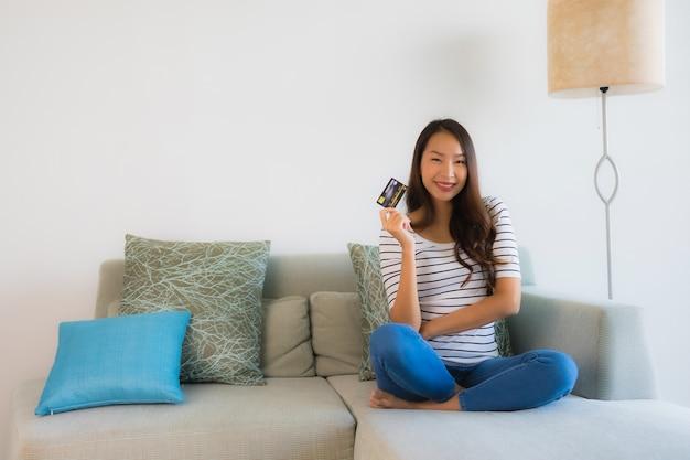 Portrait De Belles Jeunes Femmes Asiatiques Avec Carte De Crédit Téléphone Portable Ou Ordinateur Pour Faire Du Shopping Photo gratuit