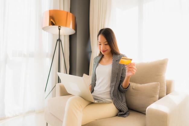Portrait De Belles Jeunes Femmes Asiatiques Utilisant Un Ordinateur Portable Ou Un Téléphone Intelligent Et Mobile Avec Carte De Crédit Pour Faire Du Shopping En Ligne Photo gratuit