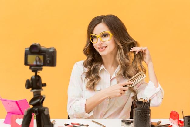 Portrait De Blogueur Se Brosser Les Cheveux à La Caméra Photo gratuit