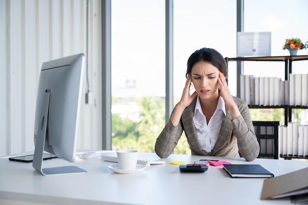Portrait, de, bussiness, femme, dans, bureau moderne Photo Premium