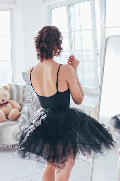 Portrait Candide De La Ballerine De La Danseuse En Robe Noire Devant Un Miroir Photo Premium