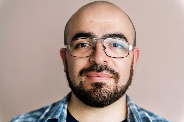 Portrait, de, caucasien, gai Photo gratuit