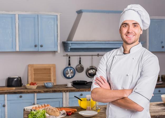 Portrait de chef en cuisine Photo gratuit