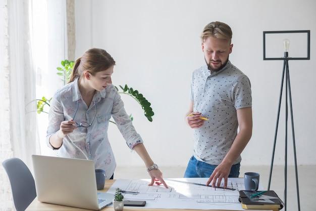 Portrait de collègue travaillant ensemble au lieu de travail Photo gratuit
