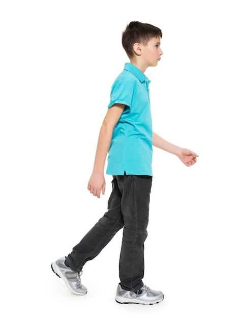 Portrait Complet De Marche Garçon Adolescent En T-shirt Bleu Casuals Isolé Sur Blanc. Photo gratuit
