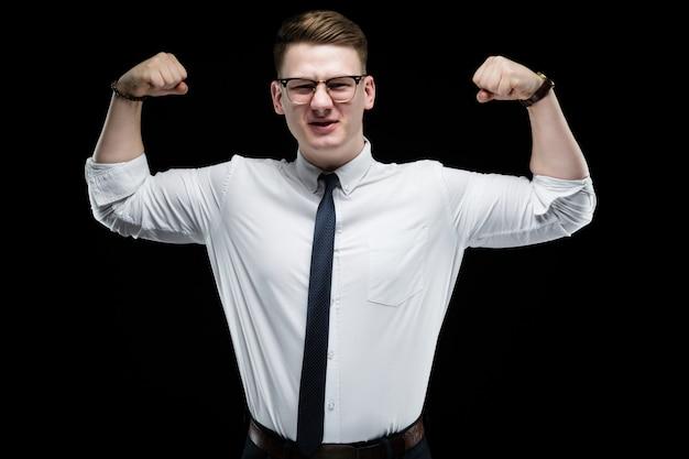 Portrait De Confiant Beau élégant Homme D'affaires Responsable Montrant Les Muscles Photo Premium