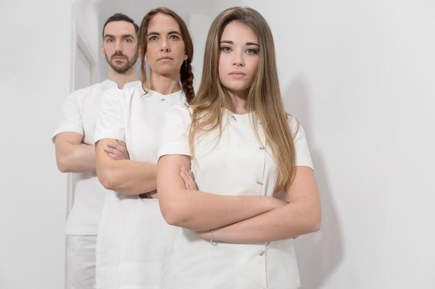 Portrait de confiant groupe heureux de médecins debout au cabinet médical Photo Premium