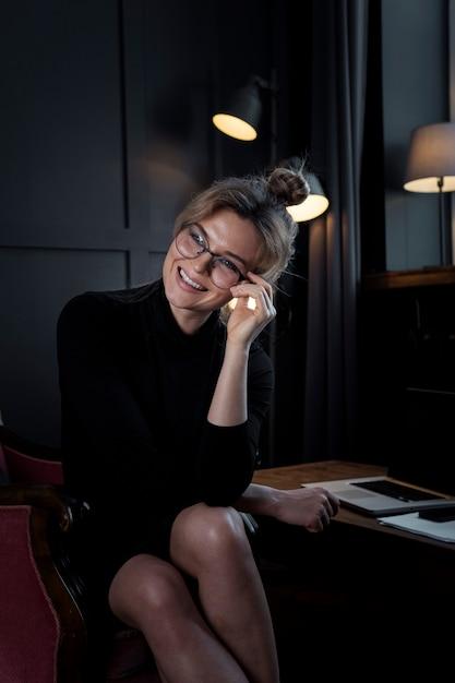 Portrait, De, Confiant, Jeune Femme, Sourire Photo gratuit