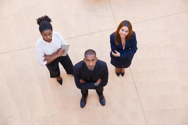 Portrait corporatif d'une équipe de trois personnes Photo gratuit