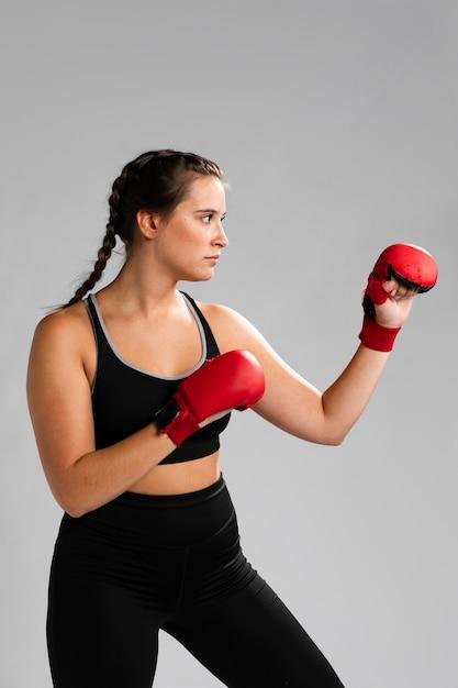 Portrait, de, côté, femme, poinçonnage, à, boîte gants Photo gratuit