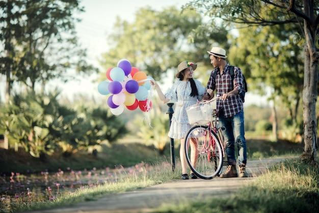 Portrait d'un couple amoureux de ballons colorés Photo gratuit