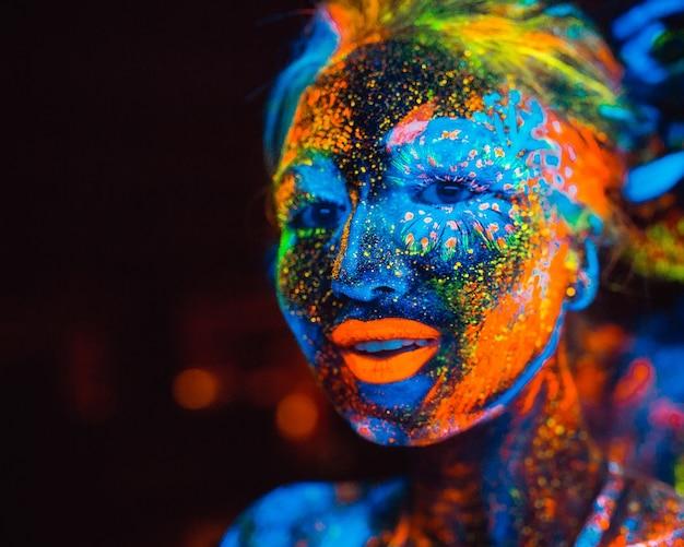 Portrait D'un Couple D'amoureux Peint En Poudre Fluorescente. Photo Premium