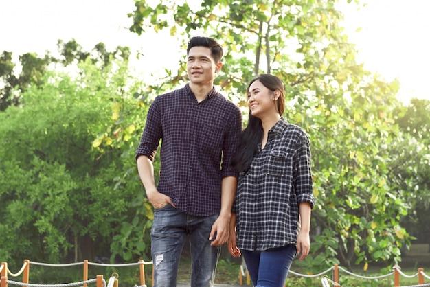 Portrait d'un couple asiatique amoureux marchant sur le parc Photo Premium