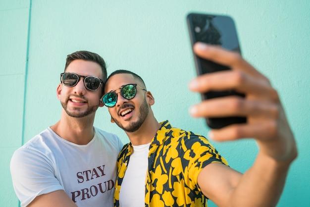 Portrait D'un Couple Gay Heureux, Passer Du Temps Ensemble Et Prendre Un Selfie Avec Un Téléphone Mobile. Concept De Lgbt Et D'amour. Photo Premium